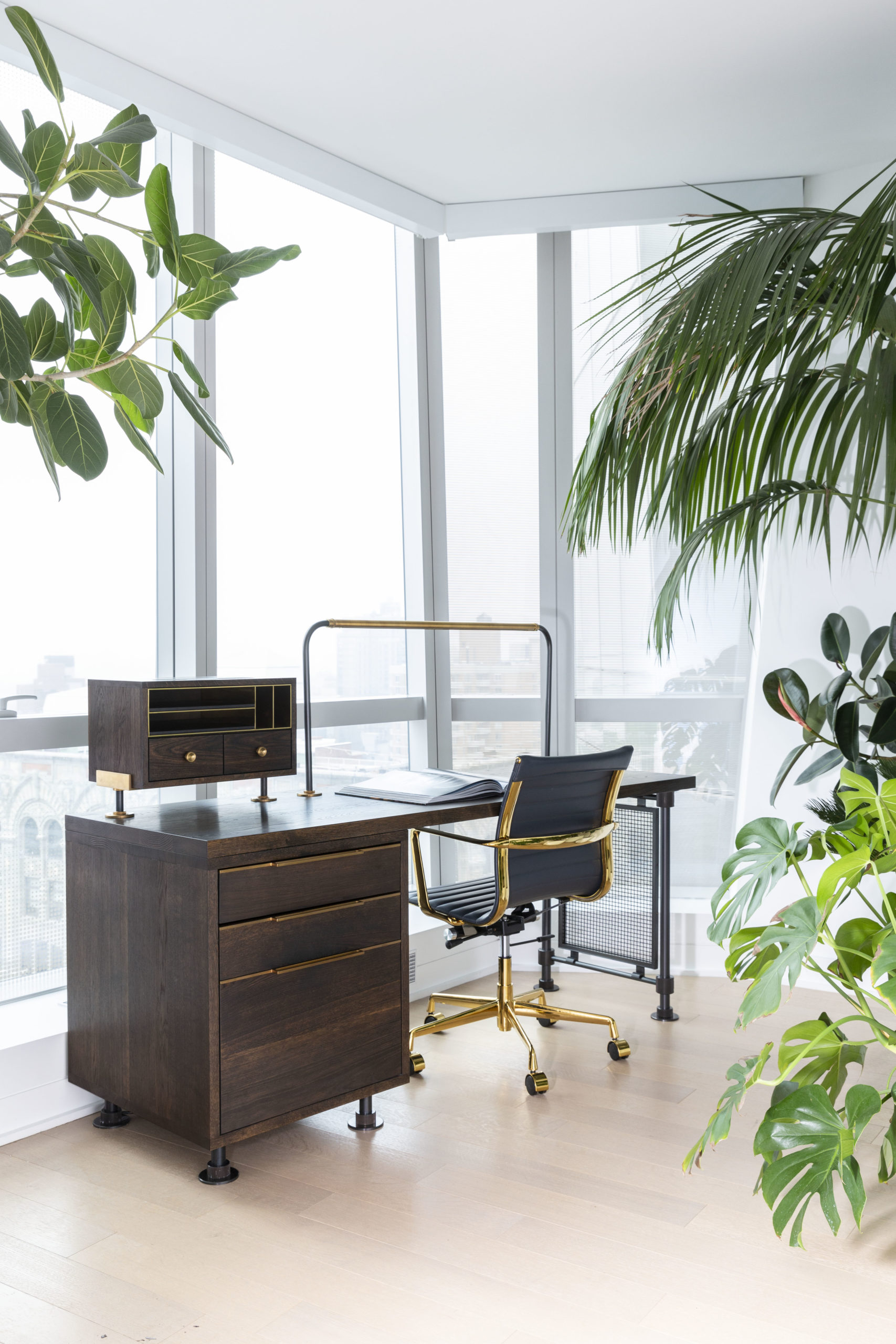 amuneal_products_WNWN_NYDC_nyc-showroom_2Loft-Desk-with-Plants-Angle-scaled-1